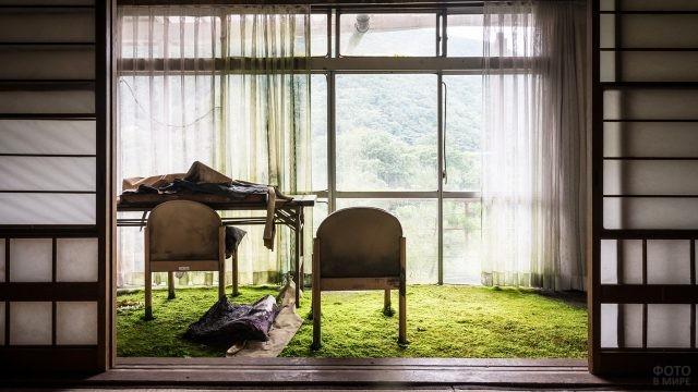 Стулья возле окна в заброшенном здании