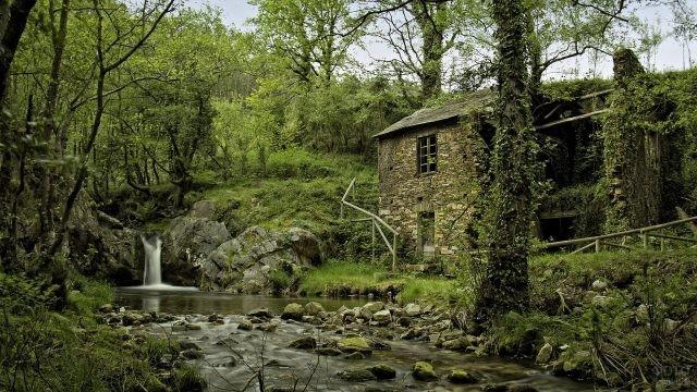 Водопад возле каменного здания
