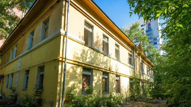 Жёлтое здание с разбитыми окнами