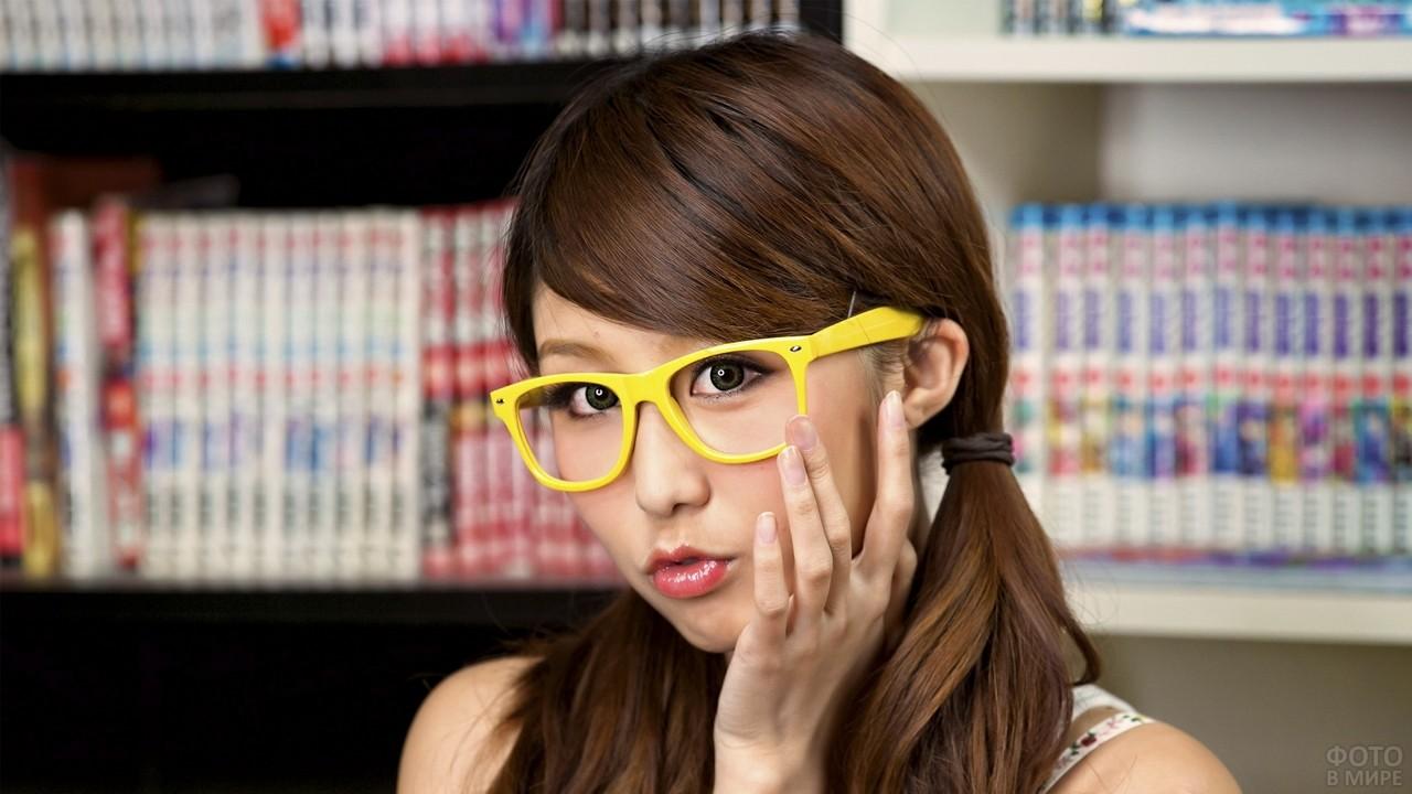 Азиатка в очках с жёлтой оправой