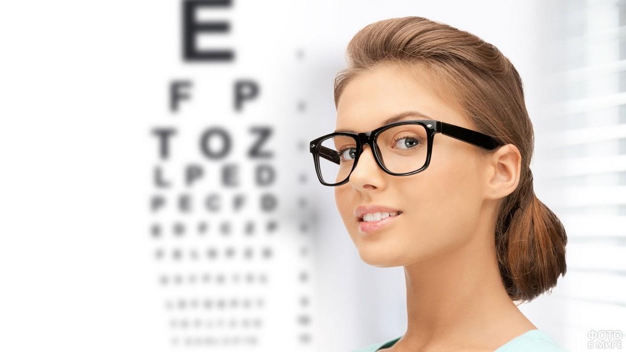 Девушка у стенда для проверки зрения