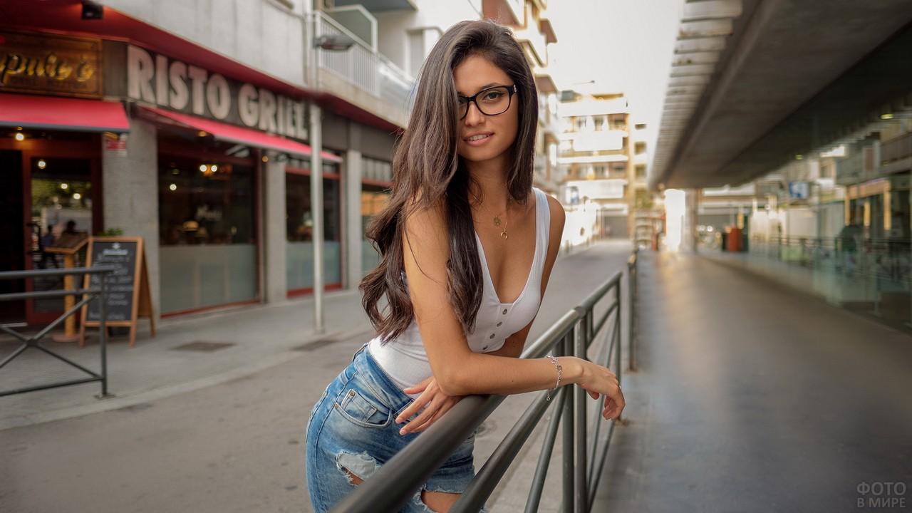 Длинноволосая девушка на улице