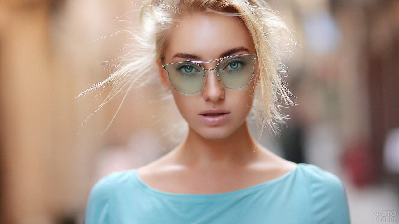 Красотка с бирюзовыми очками
