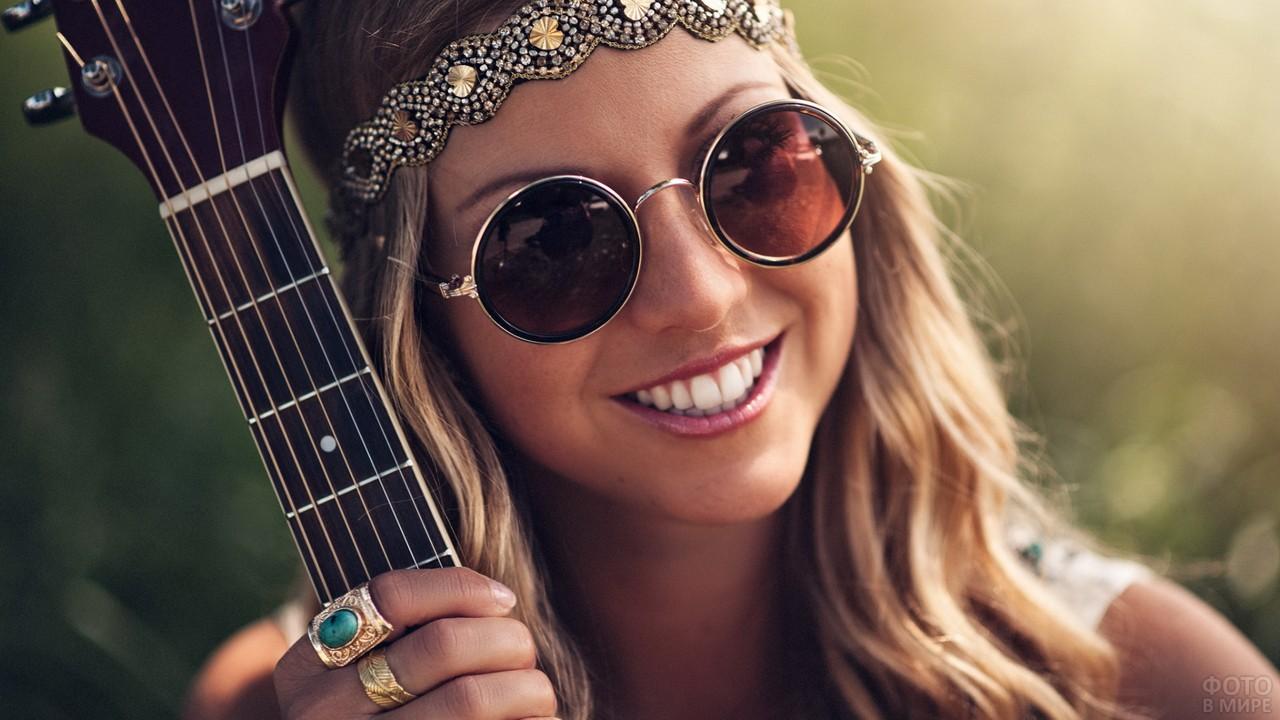 Милая девушка с гитарой