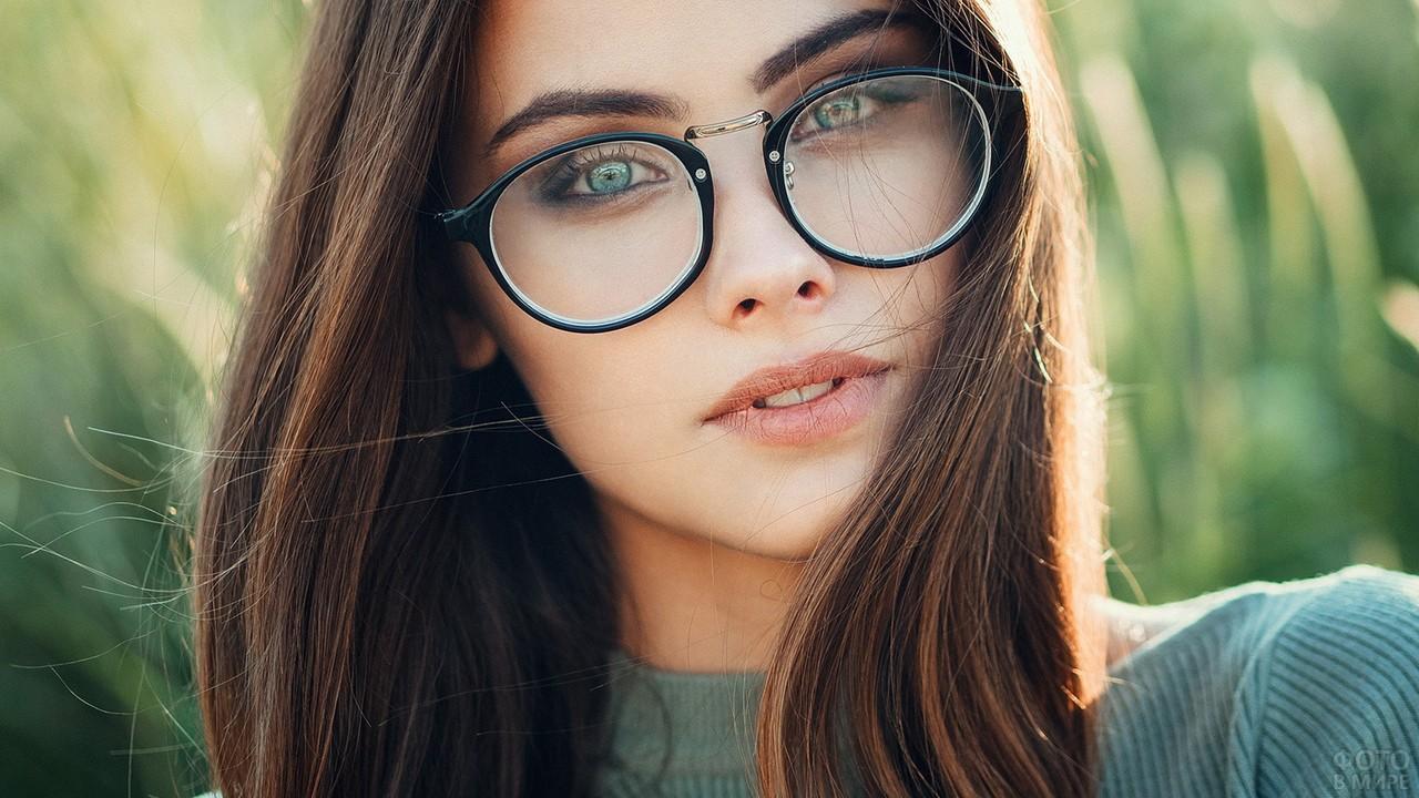 Русая девушка с зелёными глазами