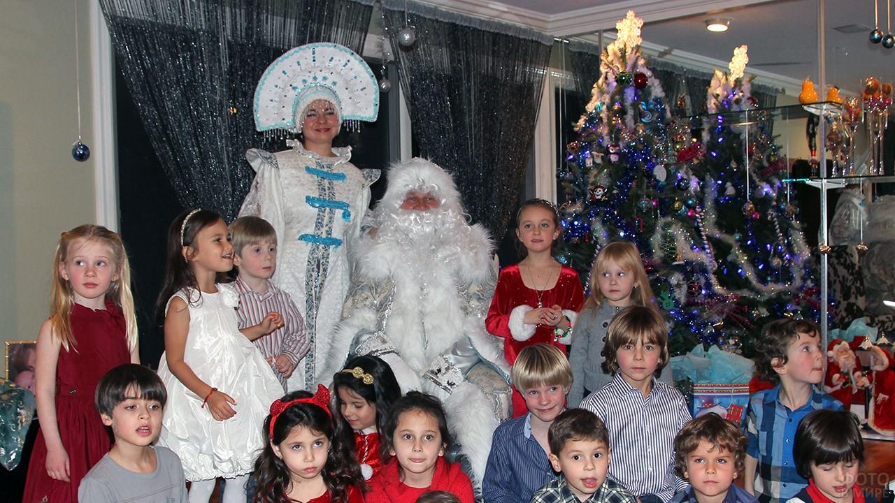 Большая компания малышей вокруг Деда Мороза и Снегурочки