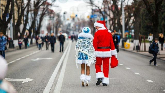 Дед Мороз и Снегурочка идут по центральной улице новогоднего Краснодара