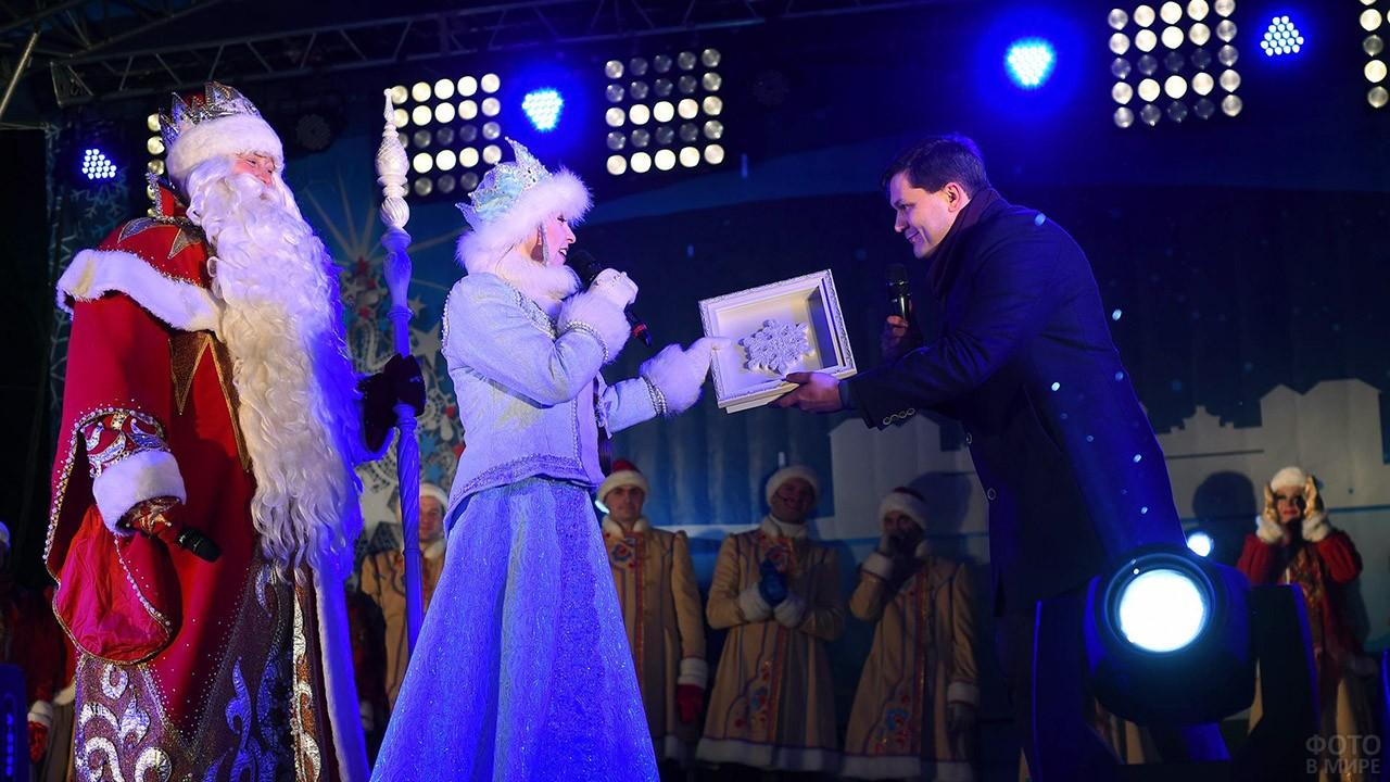 Дед Мороз и Снегурочка на праздничном концерте в Вологде