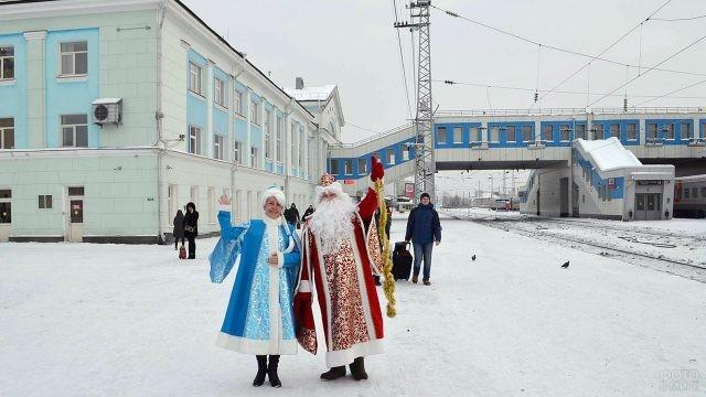 Дед Мороз и Снегурочка на вокзале Кирова