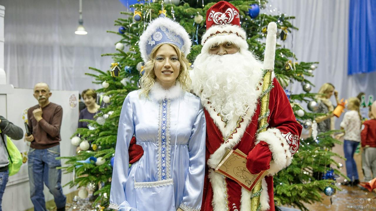 Дед Мороз и Снегурочка под ёлкой на детском утреннике в ДК