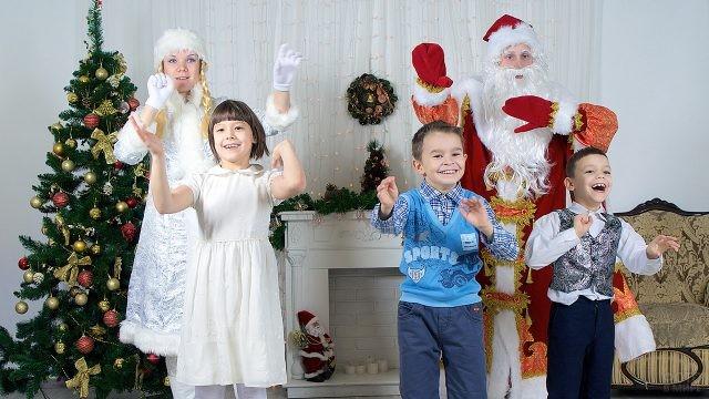 Дед Мороз и Снегурочка танцуют с малышами у ёлки
