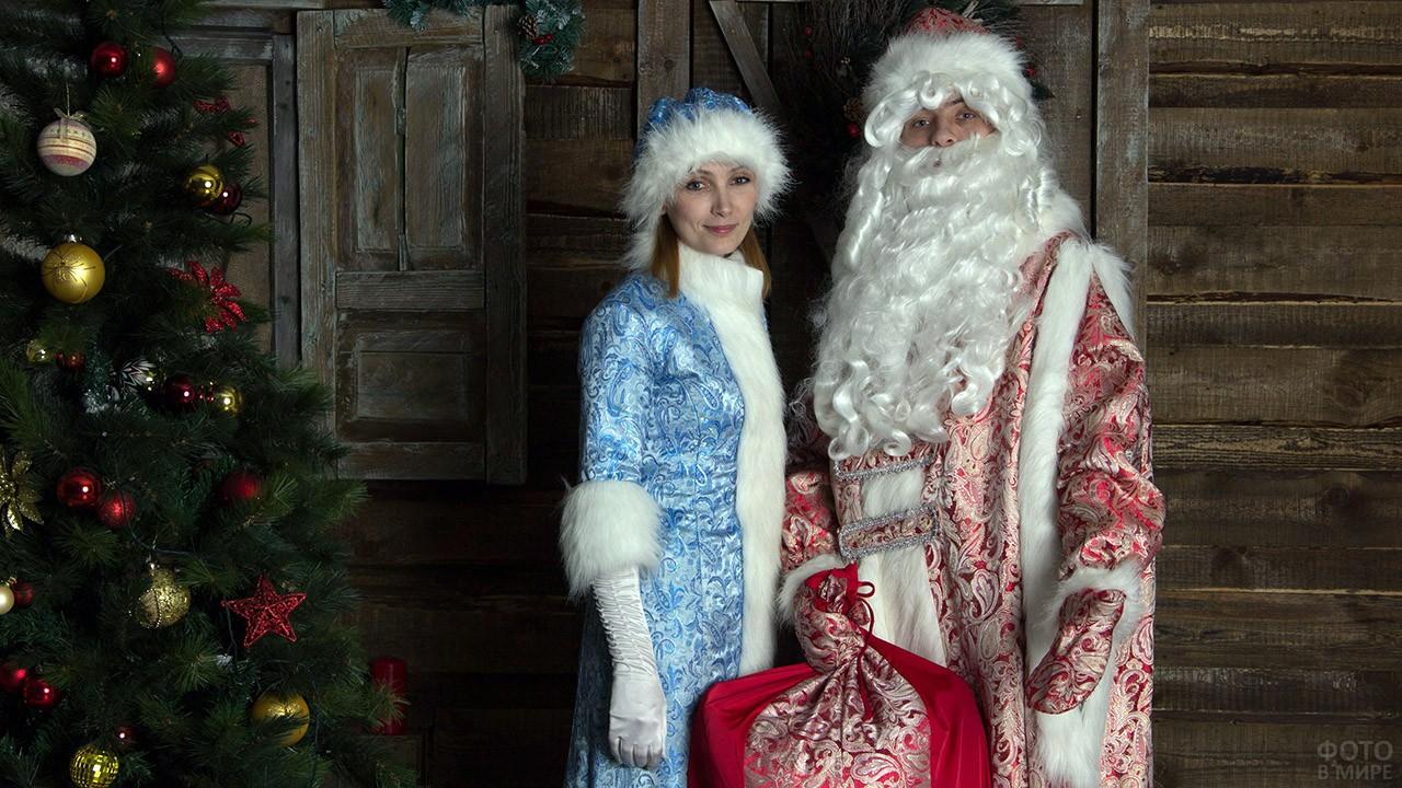 Дед Мороз и Снегурочка у ёлки в загородном доме