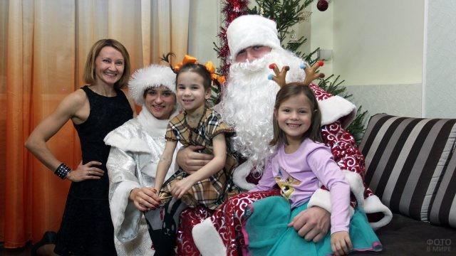 Дед Мороз и Снегурочка в гостях у двух сестричек и их мамы