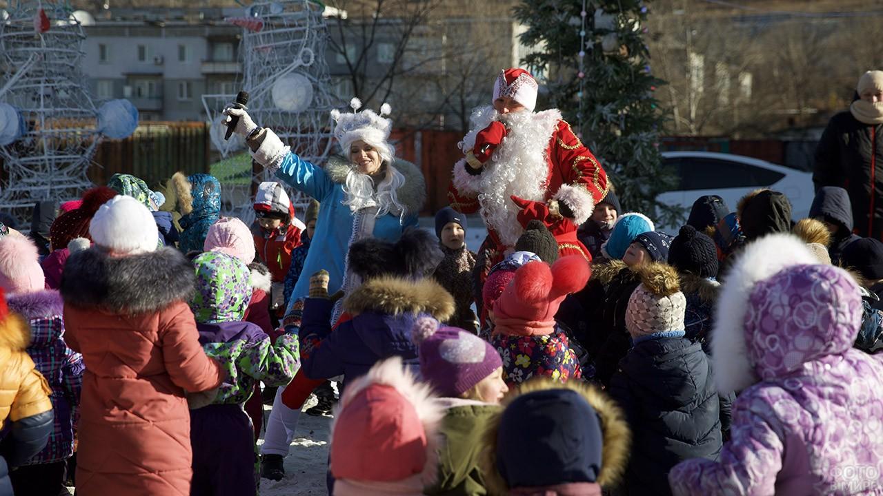 Дед Мороз и Снегурочка в толпе малышни на городской ёлке