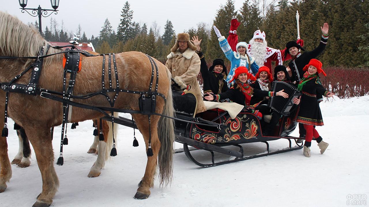 Дед Мороз со Снегурочкой и народный ансамбль в расписных санях