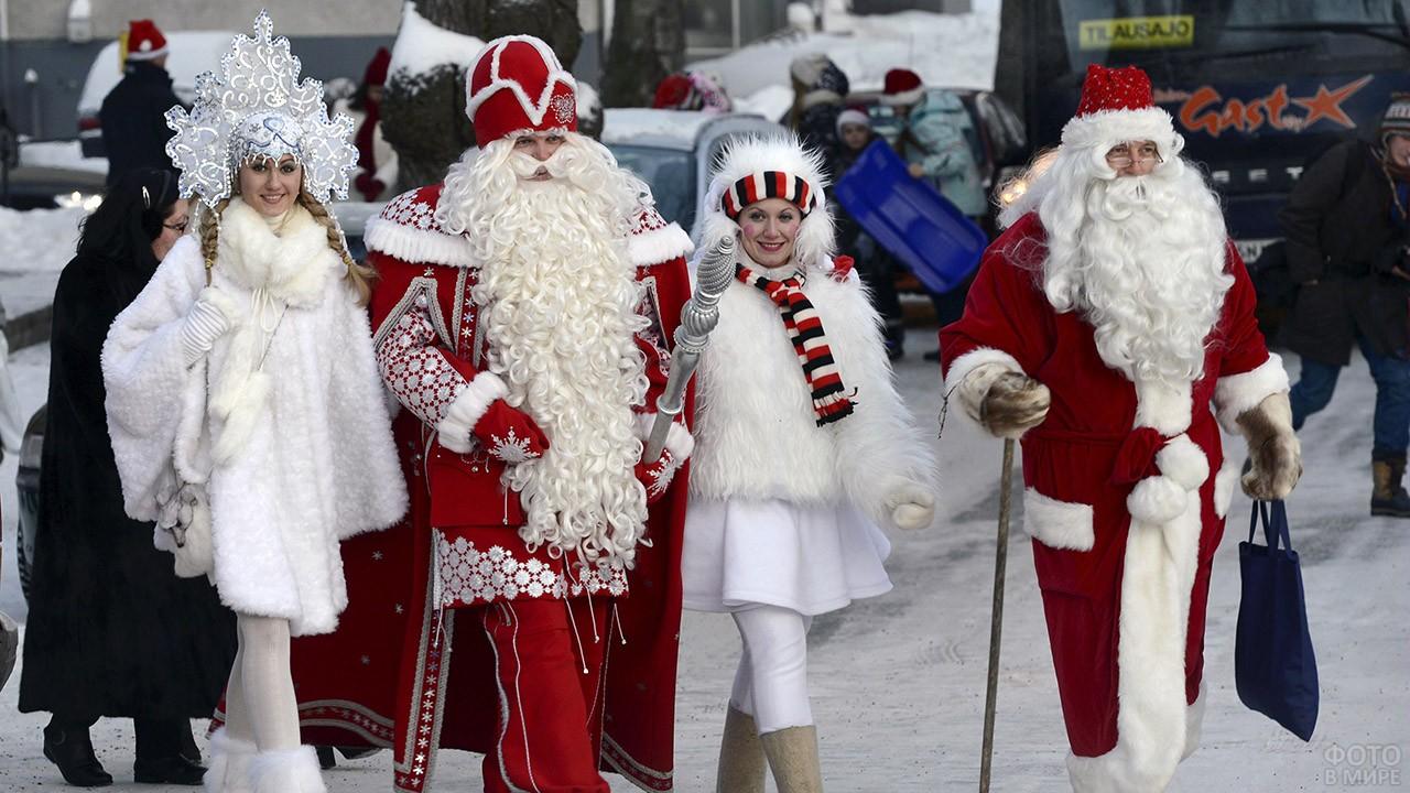 Дед Мороз со Снегурочкой и Санта Клаус с Эльфом на улице города