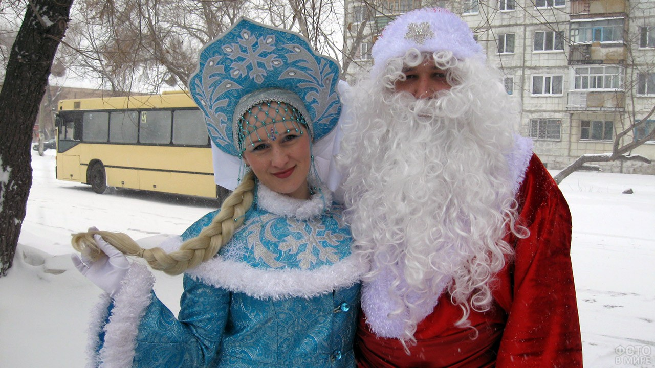 Дед Мороз со Снегурочкой на остановке автобуса