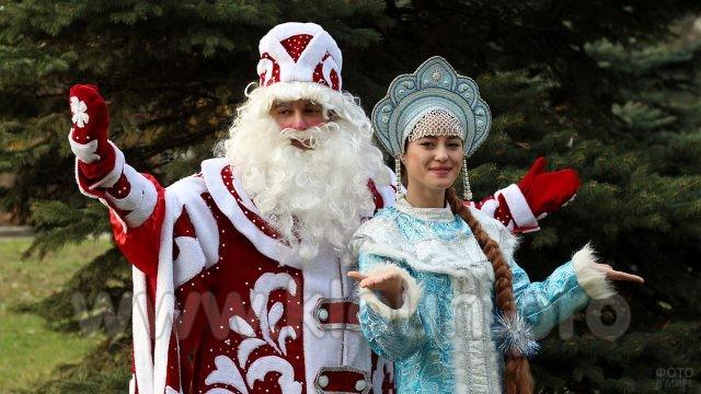 Дед Мороз в красном и Снегурочка в кокошнике