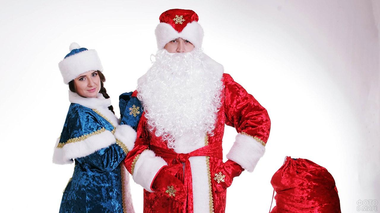 Дед Мороз в красном и Снегурочка в тёмно-синем нарядах