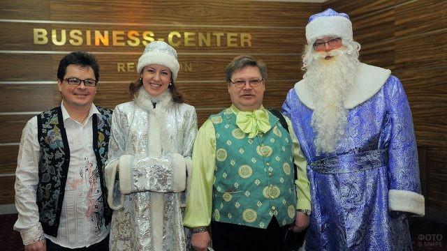 Известный теле-комик в компании Деда Мороза и Снегурочки в офисе