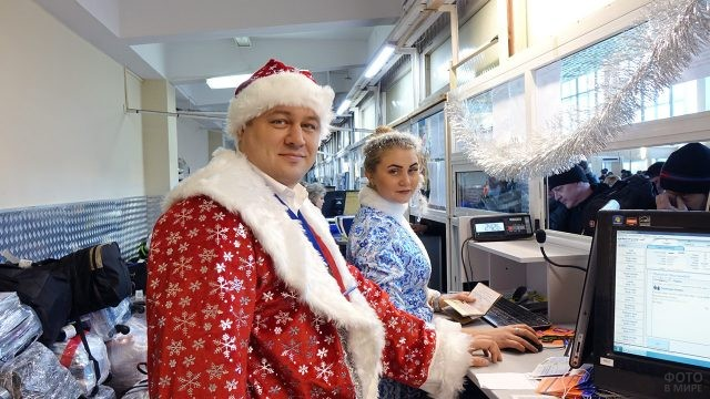 Работники РЖД в нарядах Деда Мороза и Снегурочки