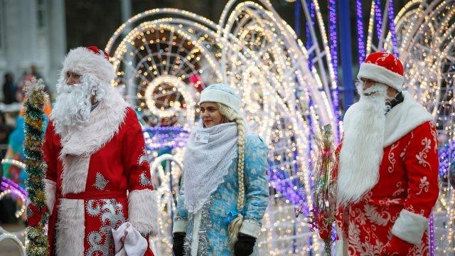 Участники конкурса на лучшего Деда Мороза и Снегурочку