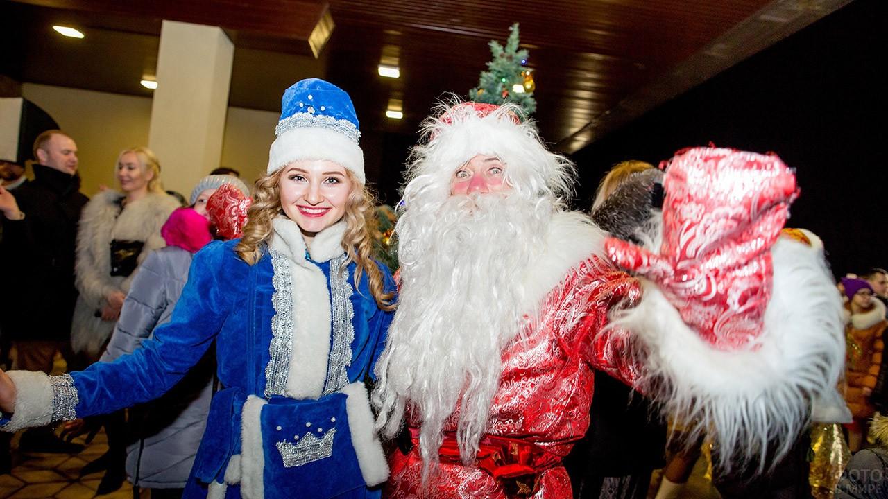 Весёлые Дед Мороз и Снегурочка на новогоднем утреннике