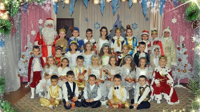 Воспитанники детского сада в карнавальных костюмах с Дедом Морозом и Снегурочкой
