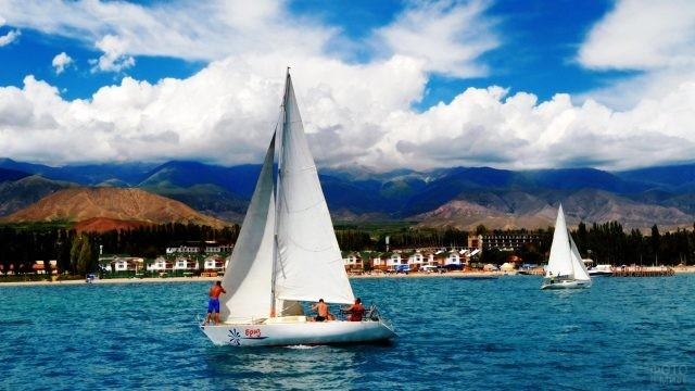 Парусные яхты с туристами