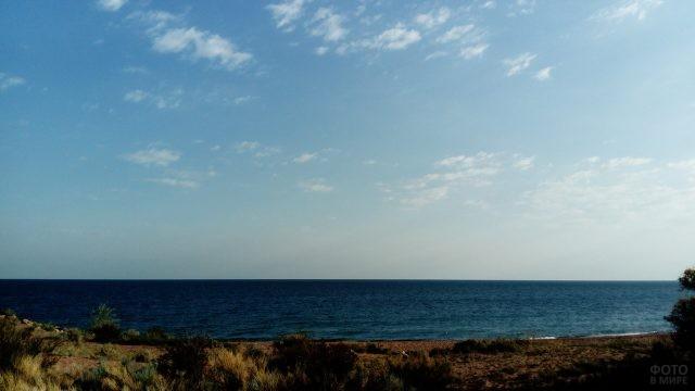 Пустынный дикий пляж
