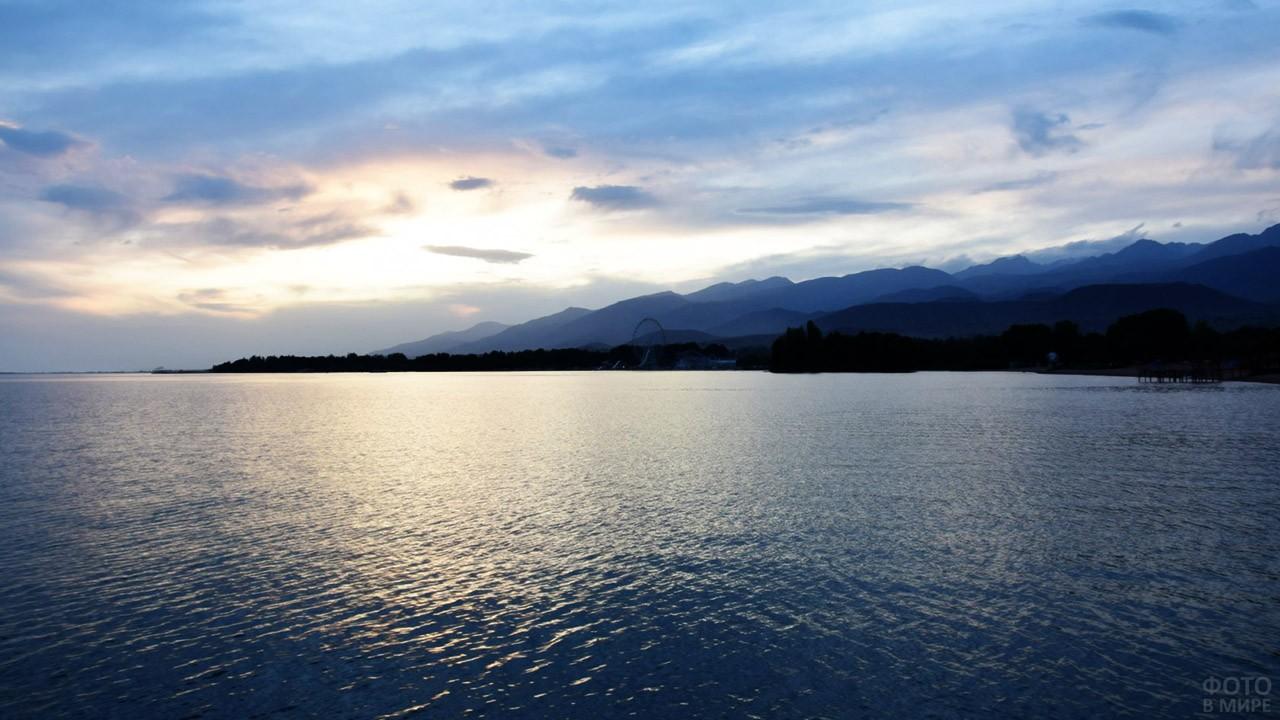 Синий вечер над озером