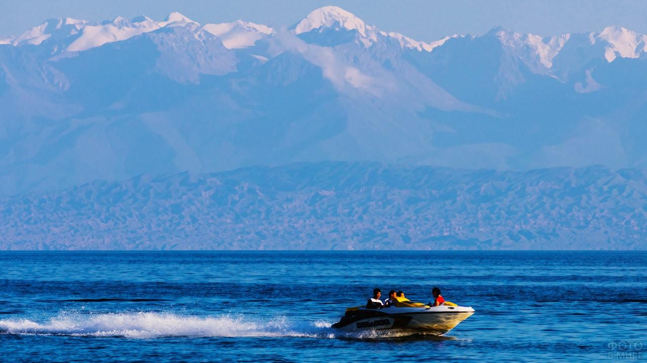 Туристы на катере мчатся по озеру