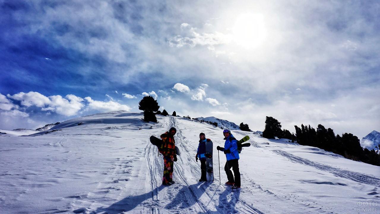 Туристы на склоне в зимнем курорте Каракол