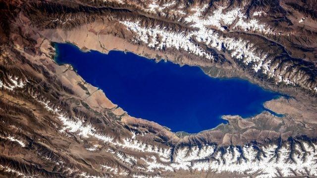 Вид из космоса на озеро Иссык-Куль