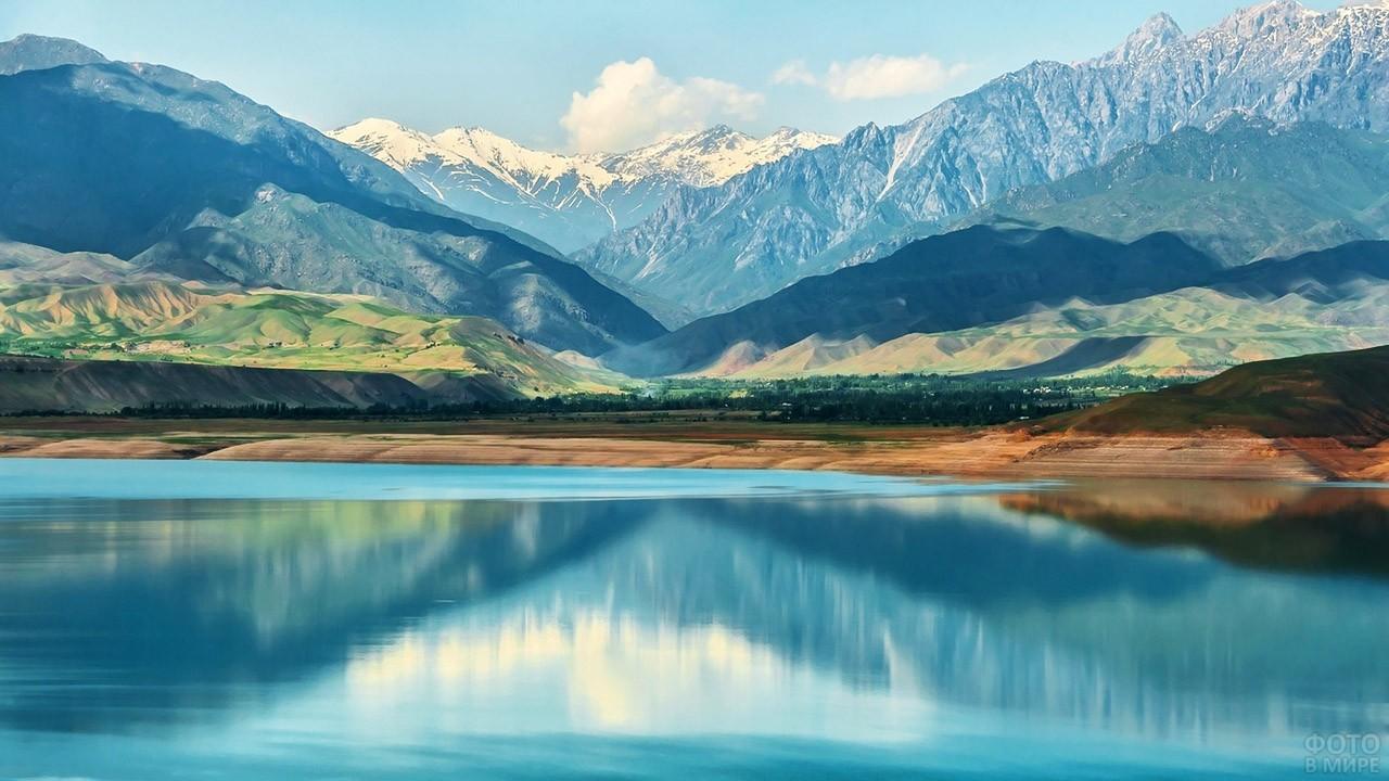 Вид с озера на долины и горы