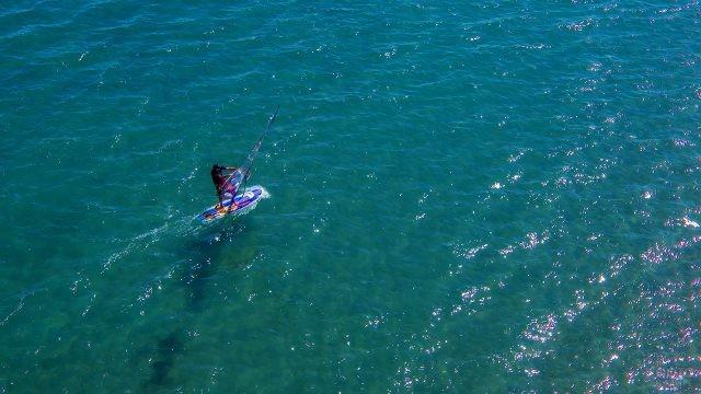 Винд-сёрфер на голубой глади озера