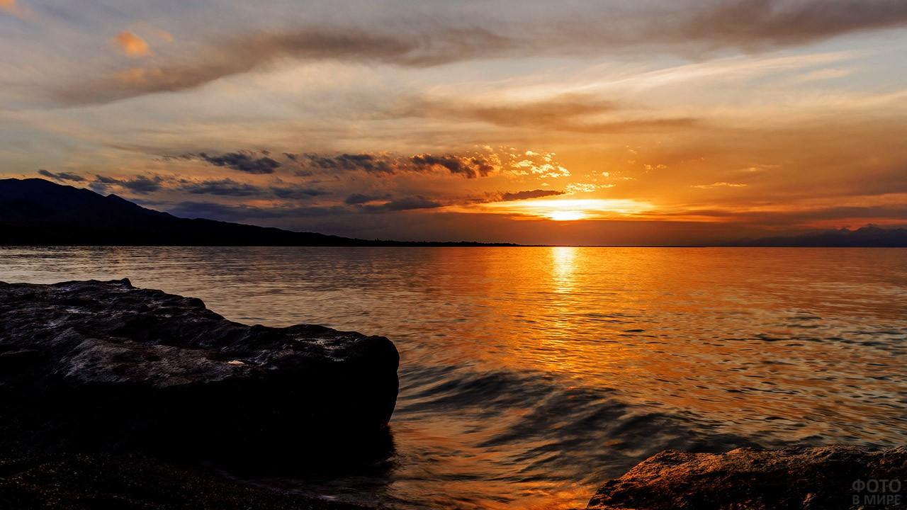 Живописный закат на берегу озера