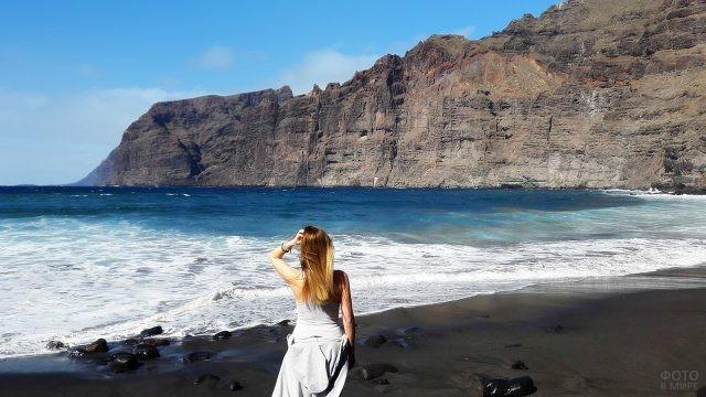 Блондинка в белом платье на Чёрном пляже