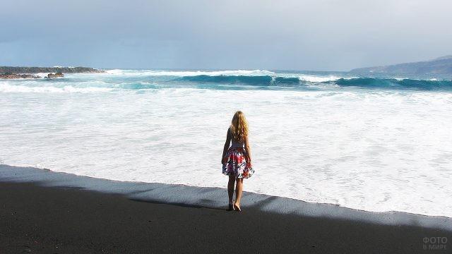 Девушка смотрит на океан