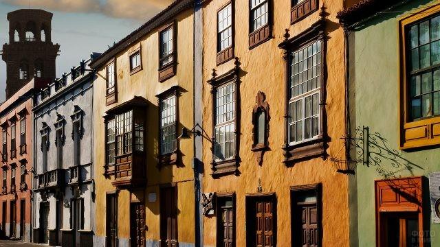 Исторические фасады на улице города Сан-Кристобаль-де-ла-Лагуна