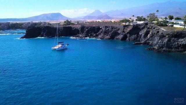 Яхта у берега острова Тенерифе