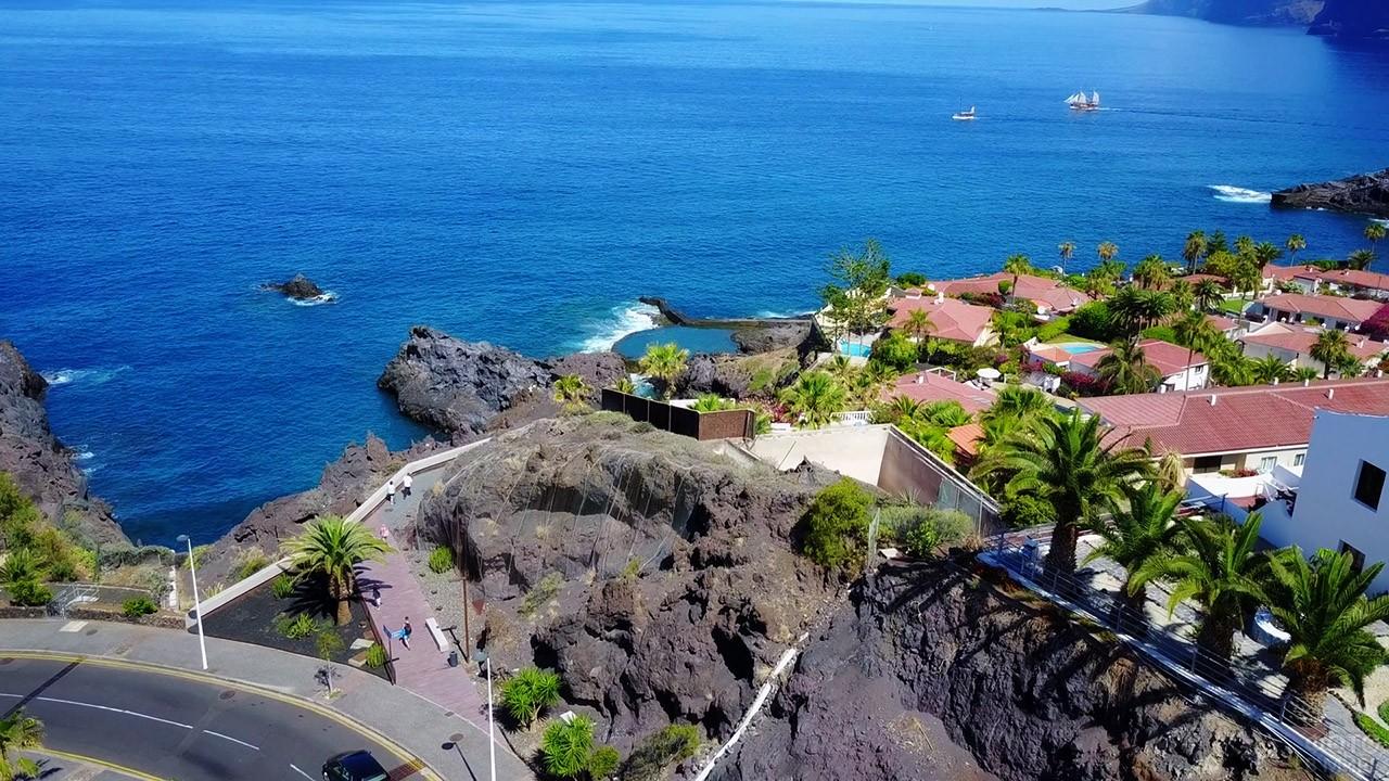 Крыши курортного местечка Сантъяго-дель-Тейде