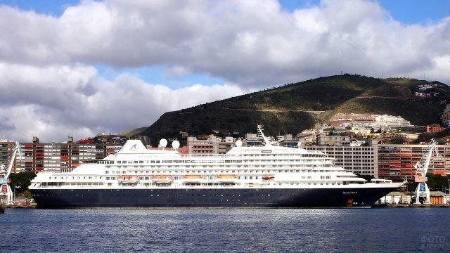 Океанский лайнер в порту курорта Санта-Крус-де-Тенерифе
