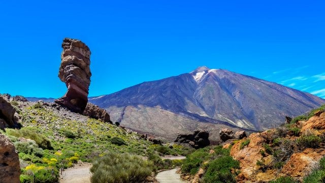 Скала Палец на фоне вулкана Эль-Тейде