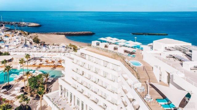 Территория пятизвёздочного отеля с видом на океан