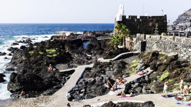 Туристы на пляже природного бассейна Эль Калетон