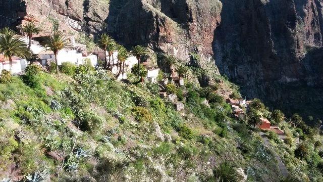 Ущелье в горах с деревушкой Маска