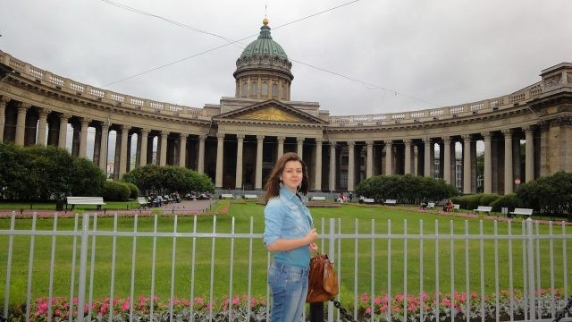 Девушка на фоне Казанского Собора