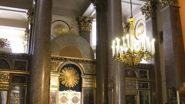 Внутренняя обстановка в церкви