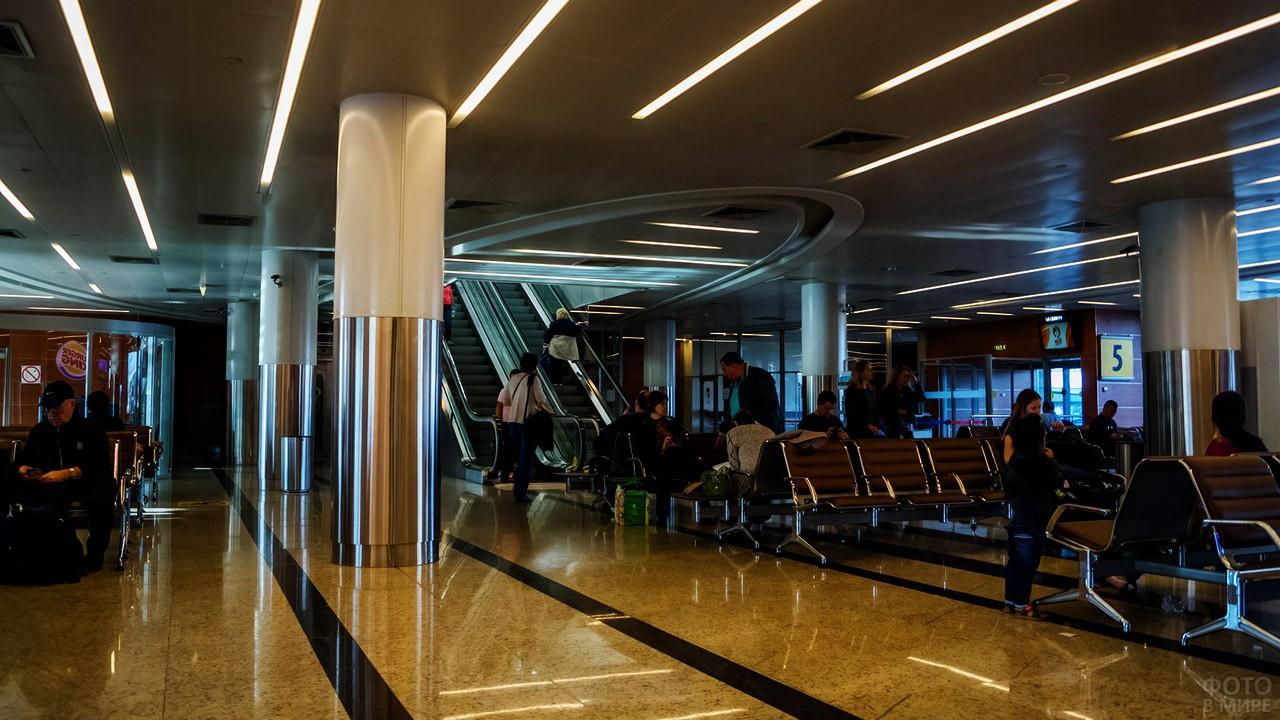 Накопитель у автобусных выходов терминала D